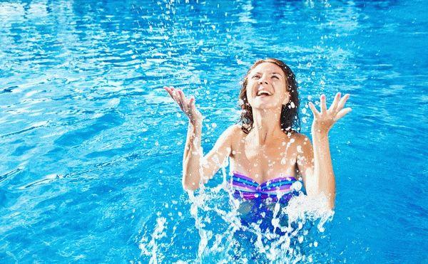 женщина радуется в бассейне