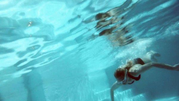 нырнула в бассейн