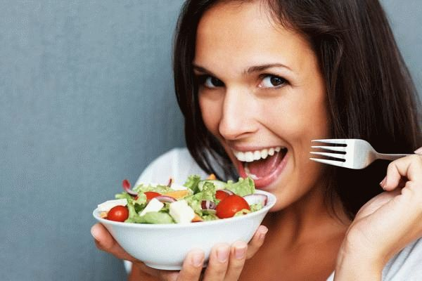 женщина собирается есть салат