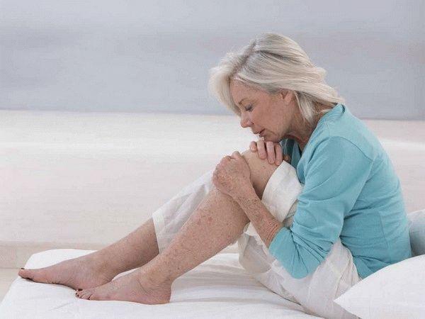 женщина сидит обняв колени