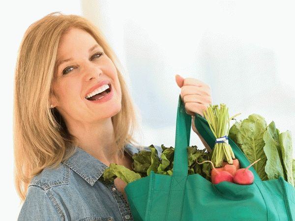 женщина купила полезные продукты