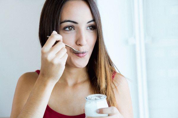 ест йогурт