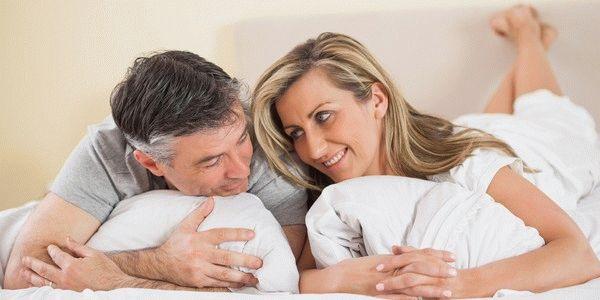 обнимают подушки