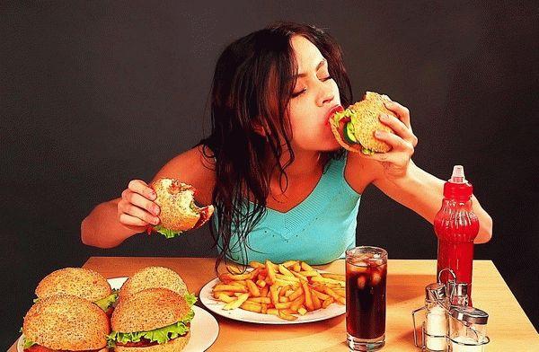 женщина ест жирную пищу