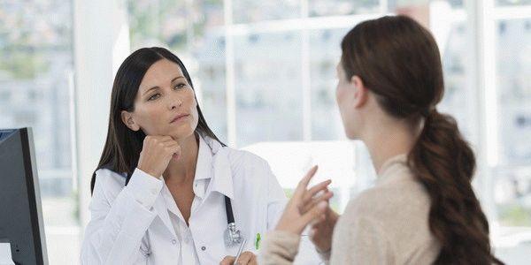 женщина говорит с врачом