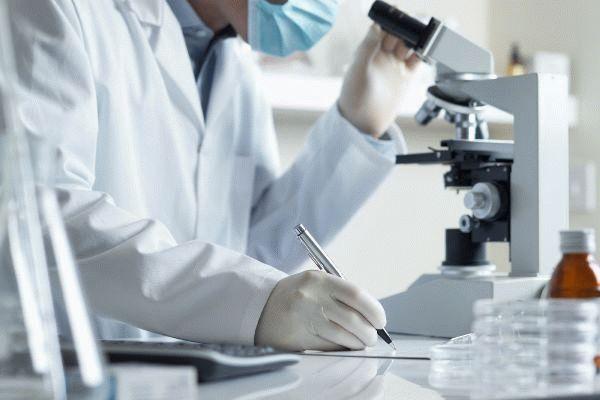 лаборант с микроскопом
