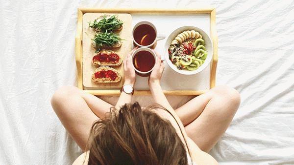 девушка с подносом еды