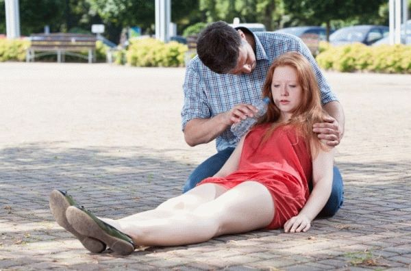 мужчина предлагает девушке воду