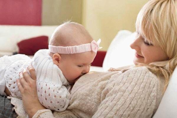 женщина кормит ребенка грудью