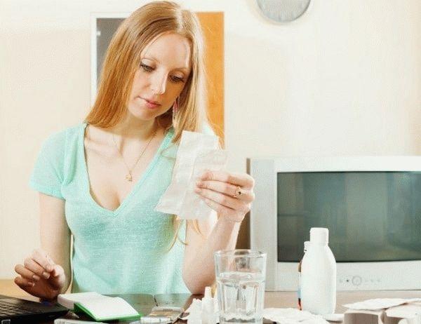 женщина читает инструкцию к лекарствам