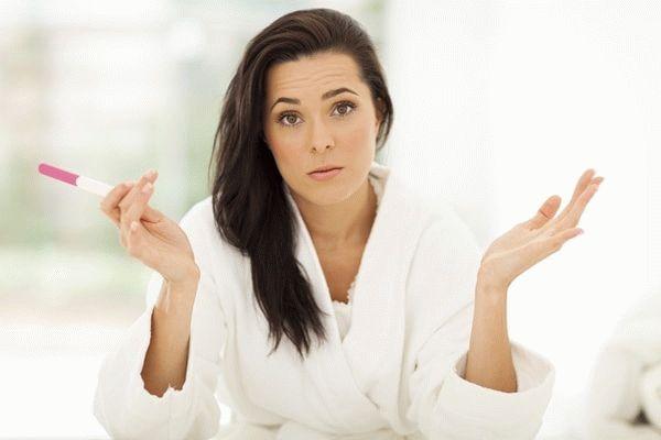 женщина разводит руками