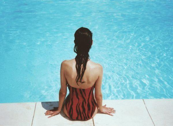 девушка на краю бассейна