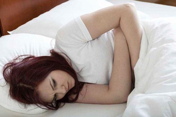 девушка лежит