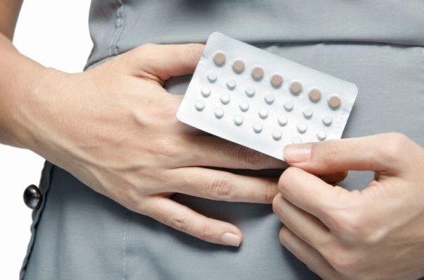девушка держит таблетки