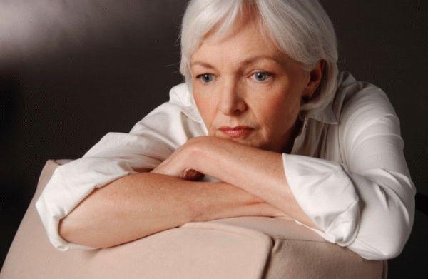грустная пожилая женщина
