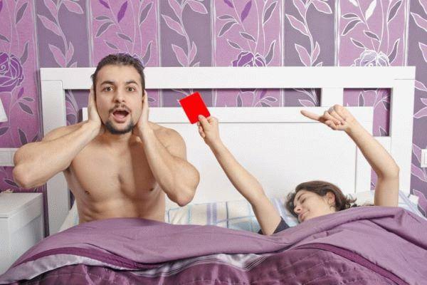 девушка показывает мужчине красную карточку