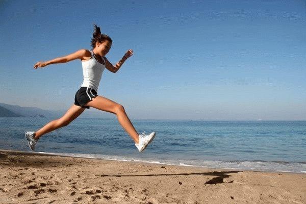 девушка бежит по пляжу