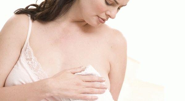 держит полотенце у груди
