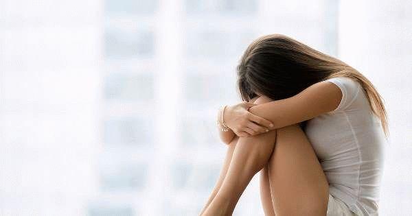 девушка уткнулась в колени