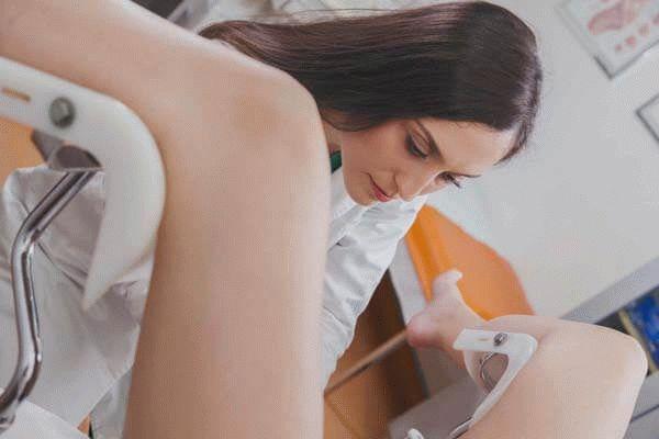 Гинеколог осматривает пациентку