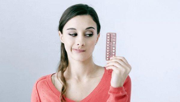 девушка принимает гормональные контрацептивы