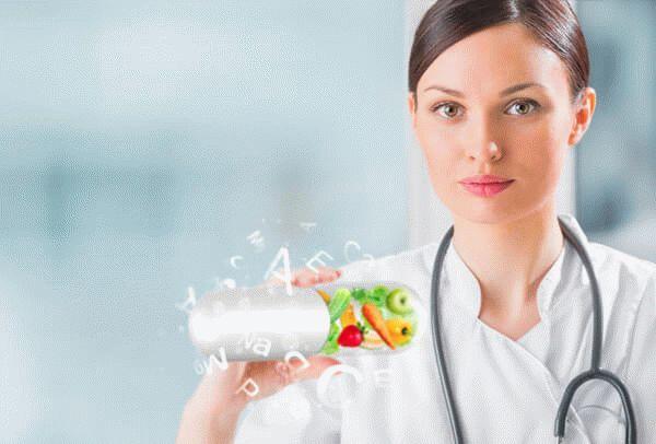 Врач держит в руке витамины