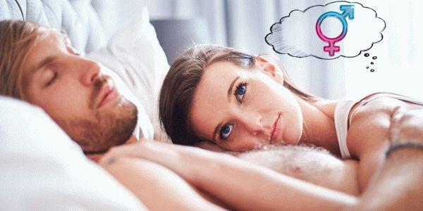 Девушка лежит в кровати с мужчиной