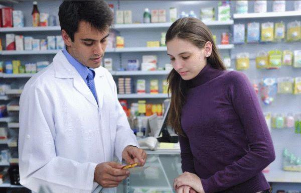 фармацевт и покупатель