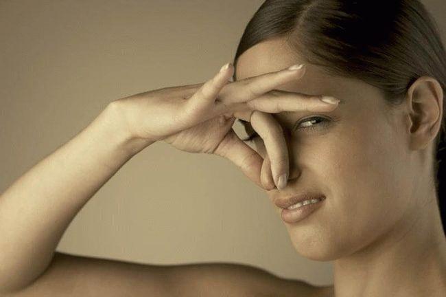 девушка закрыла нос