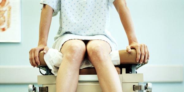 сидит на гинекологическом кресле