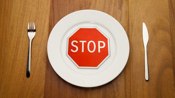 табличка стоп на тарелке